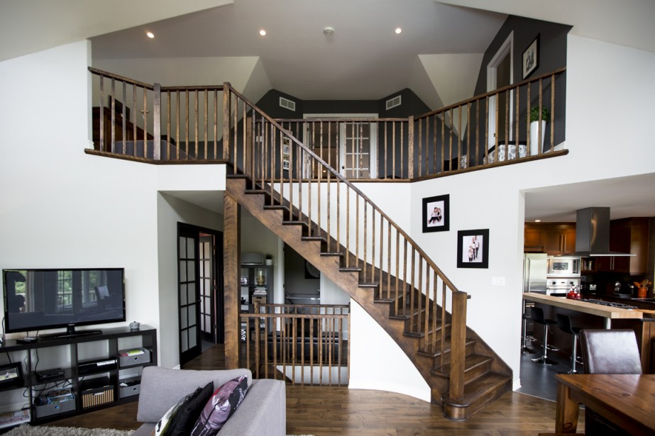 Le haut des escaliers, qui mènent aux deux chambres, offre un panorama intéressant du rez-de-chaussée. (Photo Simon Giroux, La Presse)