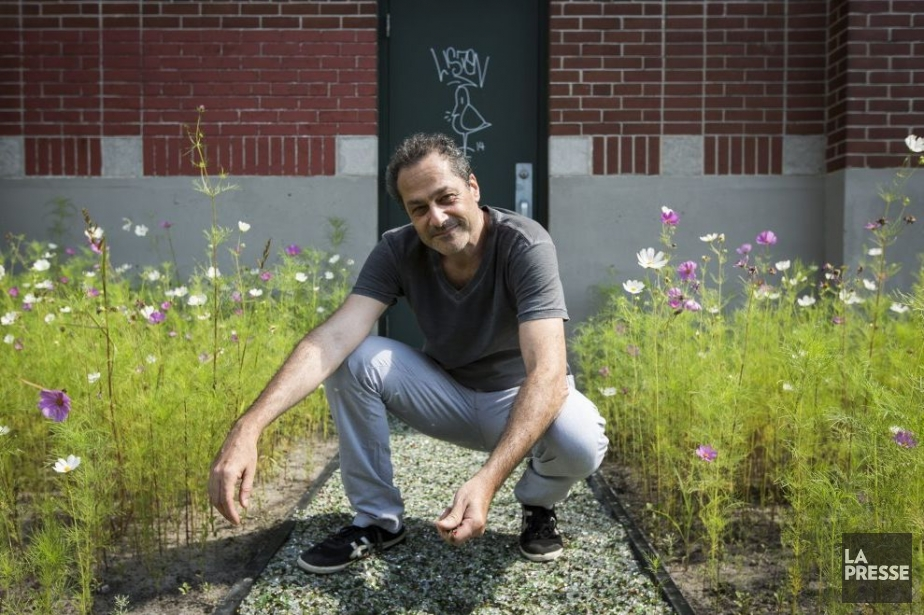 L'artiste Jean-Paul Ganem au centre de son installation... (Photo: Olivier Pontbriand, La Presse)