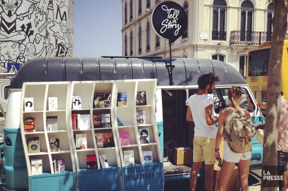 Un «book truck» arpente les rues de Lisbonne, offrant ici des livres aux passants du Parque Eduardo. (Photo Émilie Côté, La Presse)