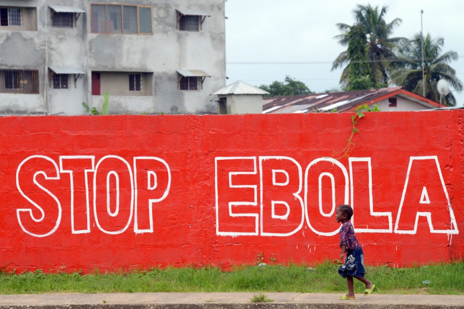 Une fillette passe devant un mur où l'on... (PHOTO DOMINIQUE FAGET, ARCHIVES AFP)