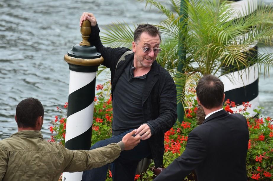 Jour 7 - L'acteur Tim Roth quitte l'hôtel Excelsior à bord d'un bateau-taxi. (Photo: AFP)