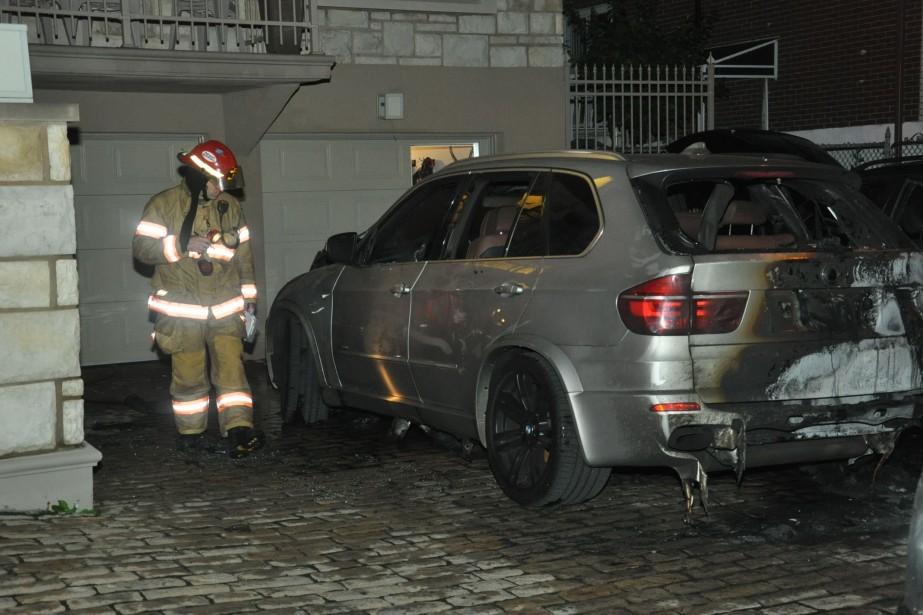 Vers 2h30, deux véhicules ont été brûlés près... (PHOTO SYLVAIN RYAN, COLLABORATION SPÉCIALE)