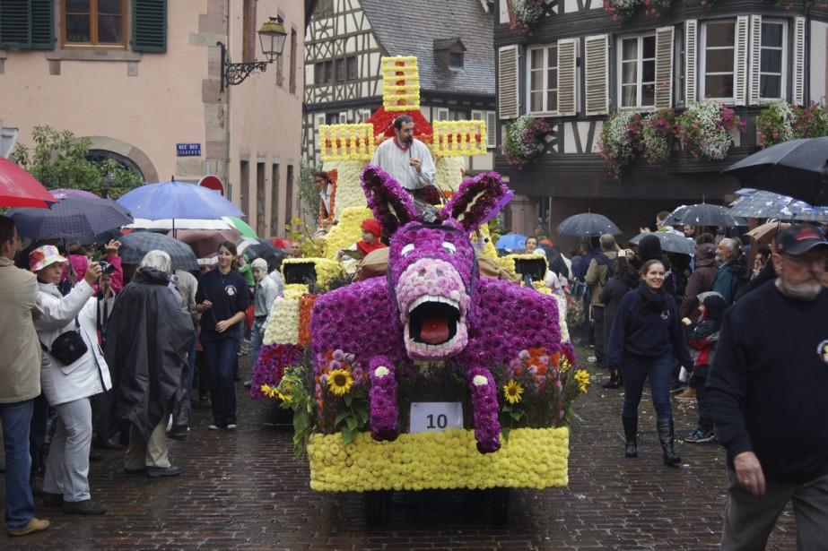 Les vins blancs et la culture alsacienne sont célébrés durant la fête des Vendanges. Des milliers de fleurs de Hollande sont collées sur les chars allégoriques. (Photo fournie par Samuel Gravalon)