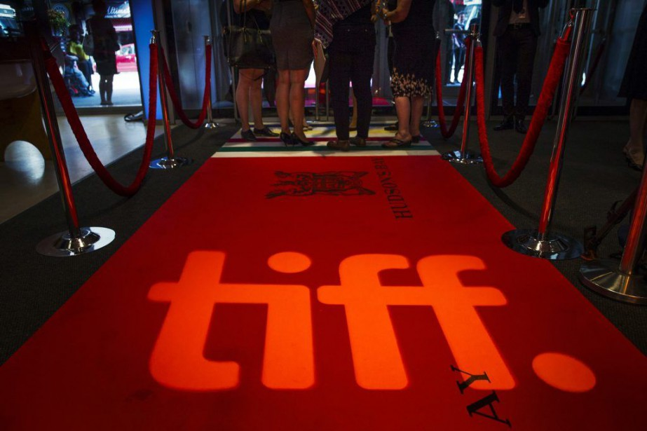 People stand on a red carpet behind the... (Photo archives Reuters)