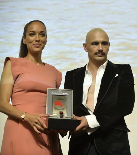 Jour 9 - James Franco a reçu le prix Jaeger-Le Coultre des mains de Carmen Chaplin. (Photo: AFP)