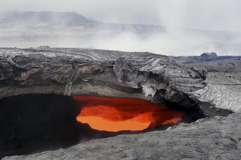 Un flot de lave du volcan Kilauea, situé... (Photo AP)