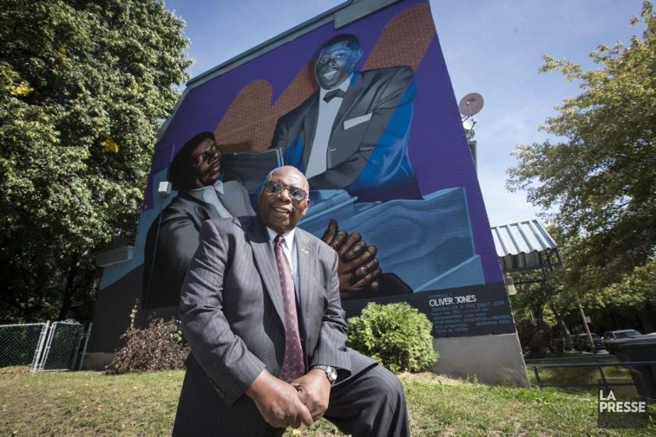 Oliver Jones pose devant la murale qui lui... (Photo: Olivier Pontbriand, La Presse)