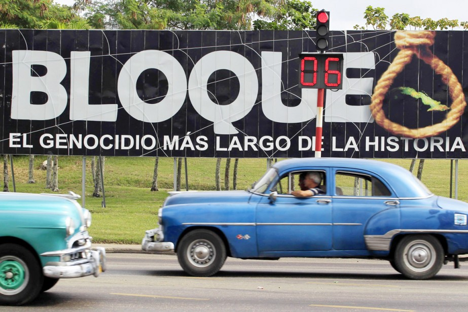 Des voitures passent devant une pancarte où l'on... (PHOTO ENRIQUE DE LA OSA, ARCHIVES REUTERS)