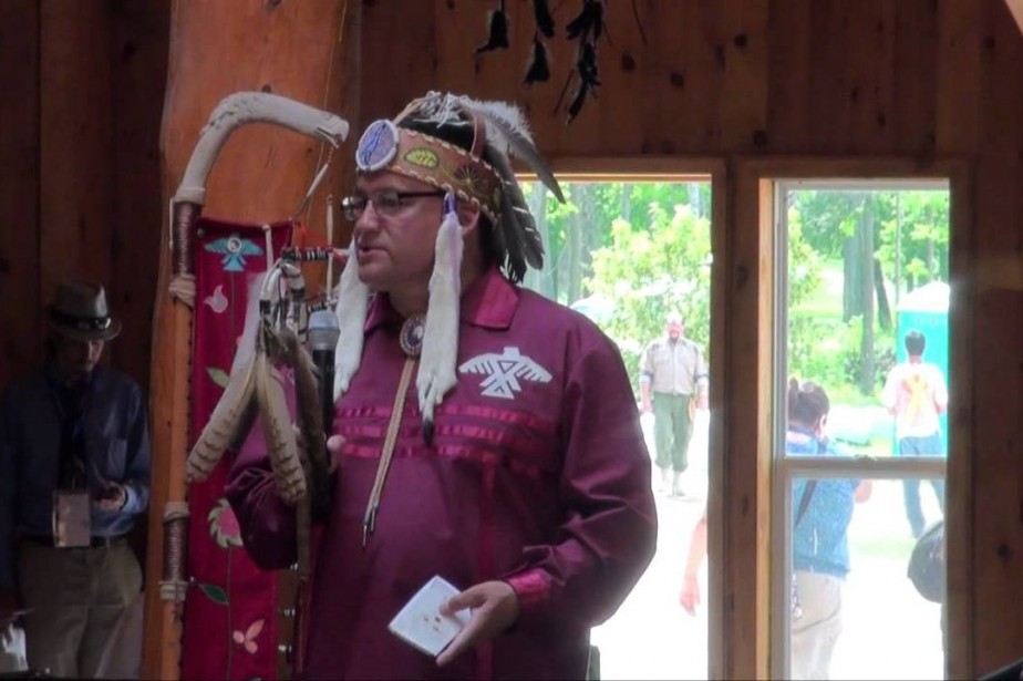 Le grand chef de la nation Patrick Madahbee... (Image tirée de Youtube)