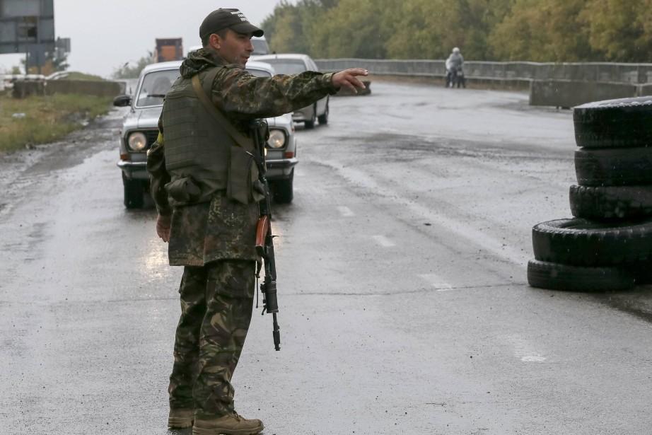 Un soldate ukrainien surveille un point de contrôle... (Photo Gleb Garanich, Reuters)