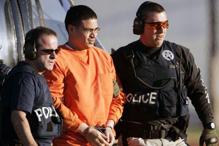 Jose Padilla est escorté par des agents fédéraux... (Photo: Archives AP)