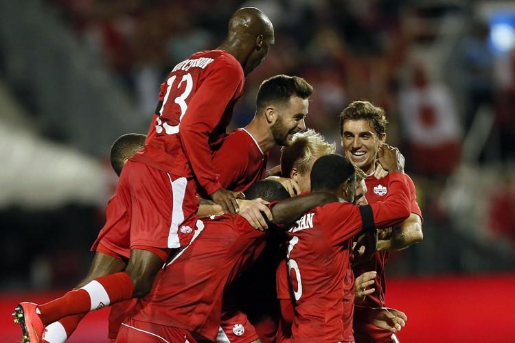 Des buts de Marcel de Jong et Tosaint Ricketts en deuxième... (Photo: Reuters)