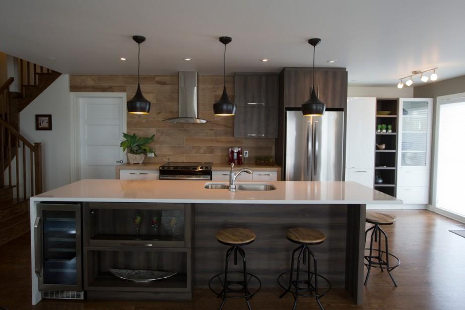 La cuisine des maisons en rangée adossées est très spacieuse. Elle comprend un vaste îlot. (PHOTO FRANÇOIS ROY, LA PRESSE)