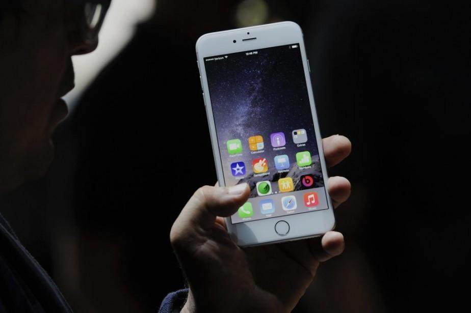 L'iPhone6 et l'iPhone6 Plus, présentés mardi par Apple,... (PHOTO DAVID PAUL MORRIS, BLOOMBERG)