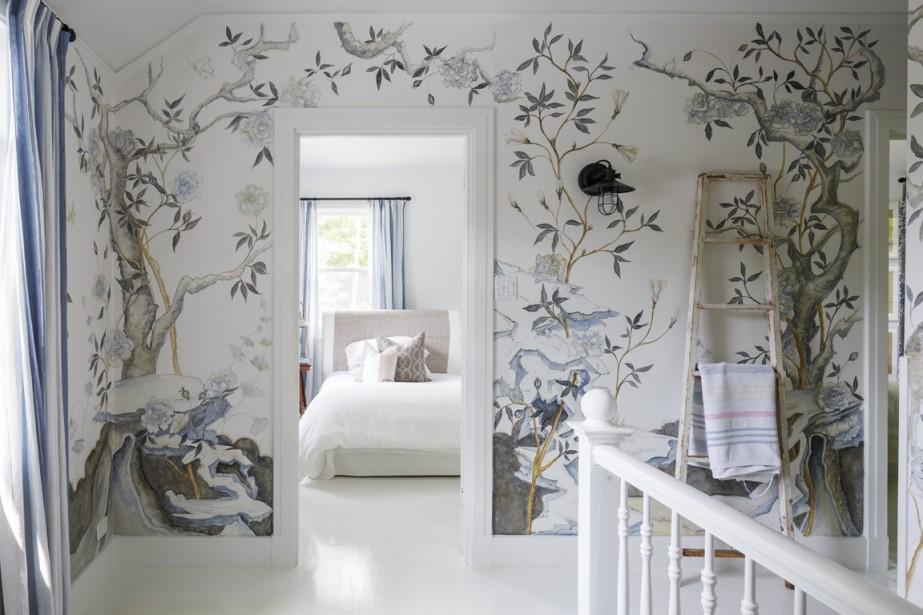 Une artiste française, amie du couple, a dessiné des végétaux japonisants sur les murs menant à l'étage et sur ceux du passage. L'effet à la fois moderne et ancien rime avec la déco de la maison. (PHOTO ULYSSE LEMERISE, COLLABORATION SPÉCIALE)