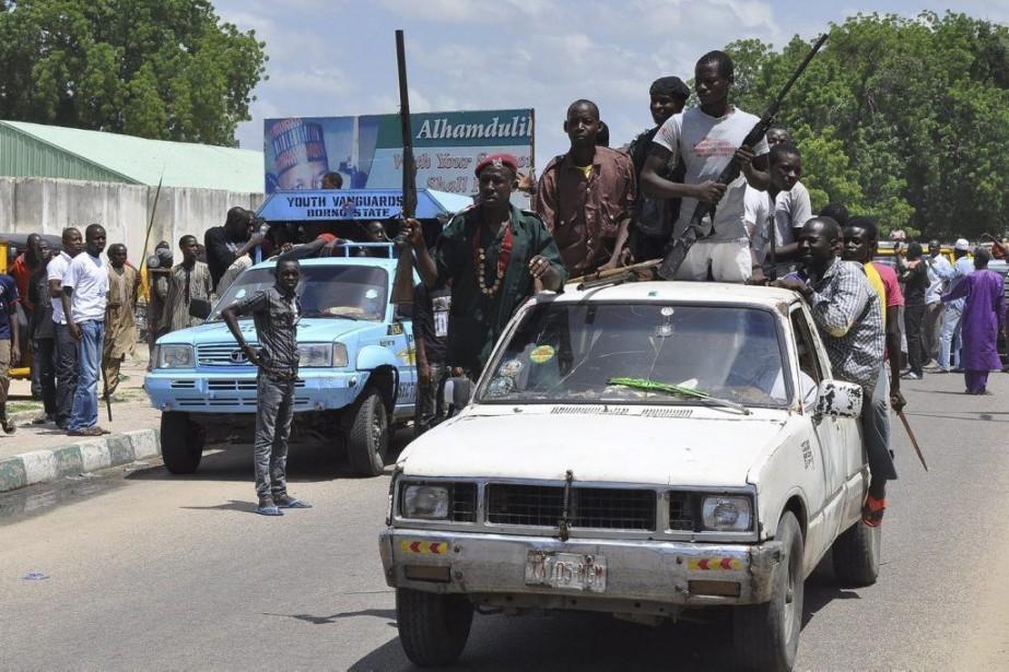 Des habitants de Maiduguri patrouillent les rues de... (PHOTO JOSSY OLA, AP)