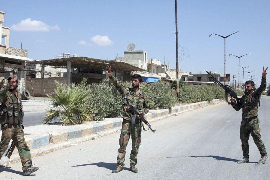 Des soldats des forces gouvernementales syriennes célèbrent après... (PHOTO AGENCE FRANCE PRESSE)