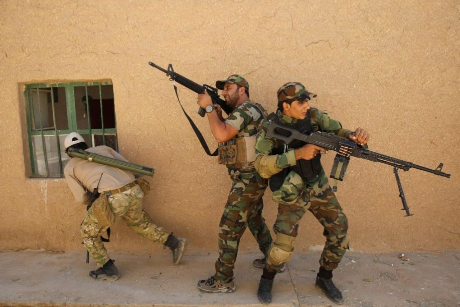Des soldats chiites s'entraînent avant de prendre la... (PHOTO AHMED JADALLAH, REUTERS)