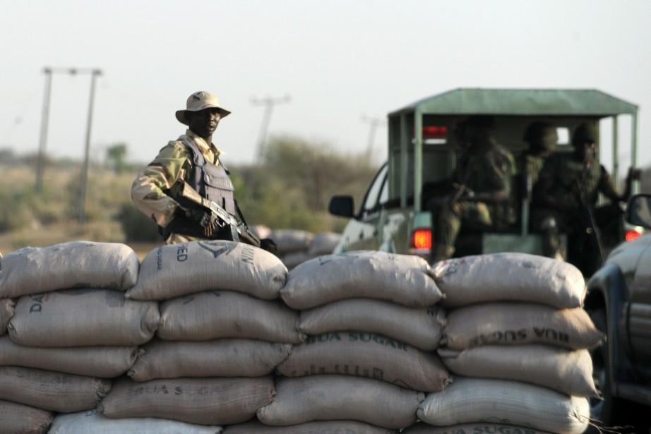 Des équipes de spécialistes et des secours tentent... (Photo PIUS UTOMI EKPEI, Archives AFP)