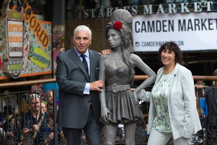 Les parents d'Amy Winehouse se sont photographiés près... (Photo: AP)