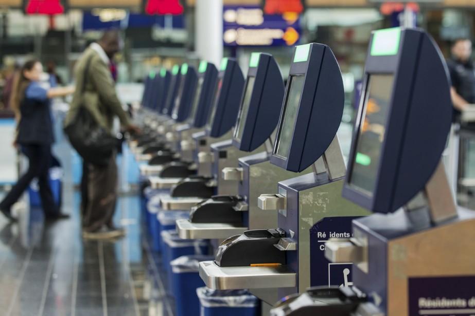Les bornes automatisées à la douane canadienne dans l'aéroport Montréal-Trudeau. | 15 septembre 2014
