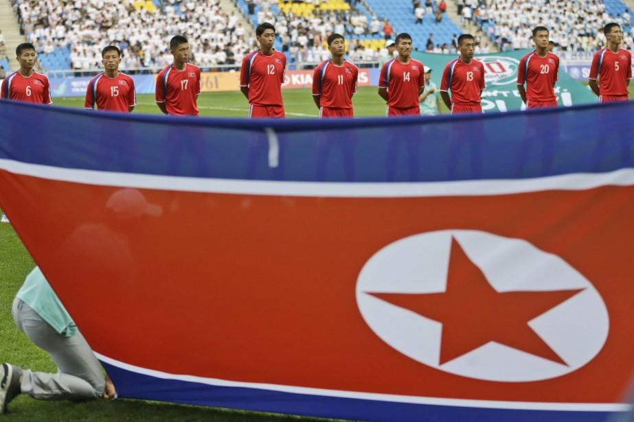 Des joueurs nord-coréens pendant l'hymne national, au cours... (Photo AP)