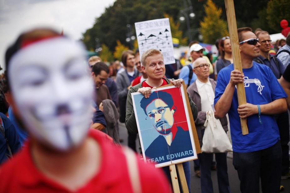 Un militant muni d'une pancarte à l'effigie d'Edward... (PHOTO THOMAS PETER, REUTERS)