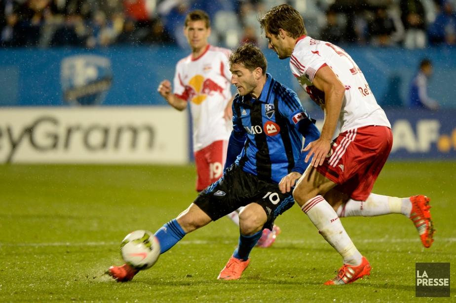 Ignacio Piatti, de l'Impact, contrôle le ballon devant... (Photo Bernard Brault, La Presse)
