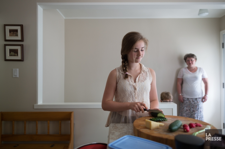 Marie-Jeanne Paquet, 13 ans, prépare elle-même son lunch... (Photo EDOUARD PLANTE-FRÉCHETTE, La Presse)