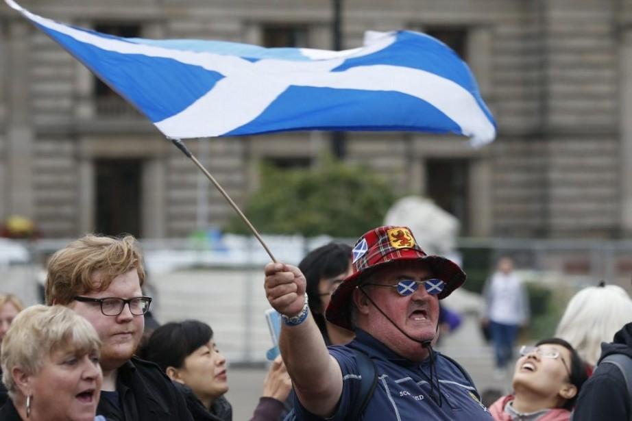Un partisan du Oui parade avec un drapeau... (PHOTO CATHAL MCNAUGHTON, REUTERS)