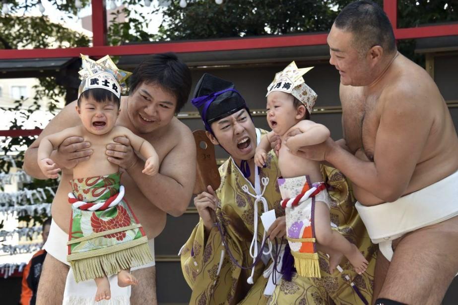 Pour faire pleurer les enfants, le prêtre pousse... (PHOTO YOSHIKAZU TSUNO, AFP)
