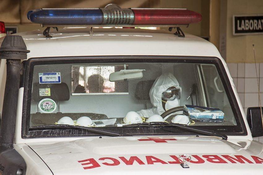 Un ambulancier qui transporte des patients atteints de... (PHOTO MICHAEL DUFF, AP)