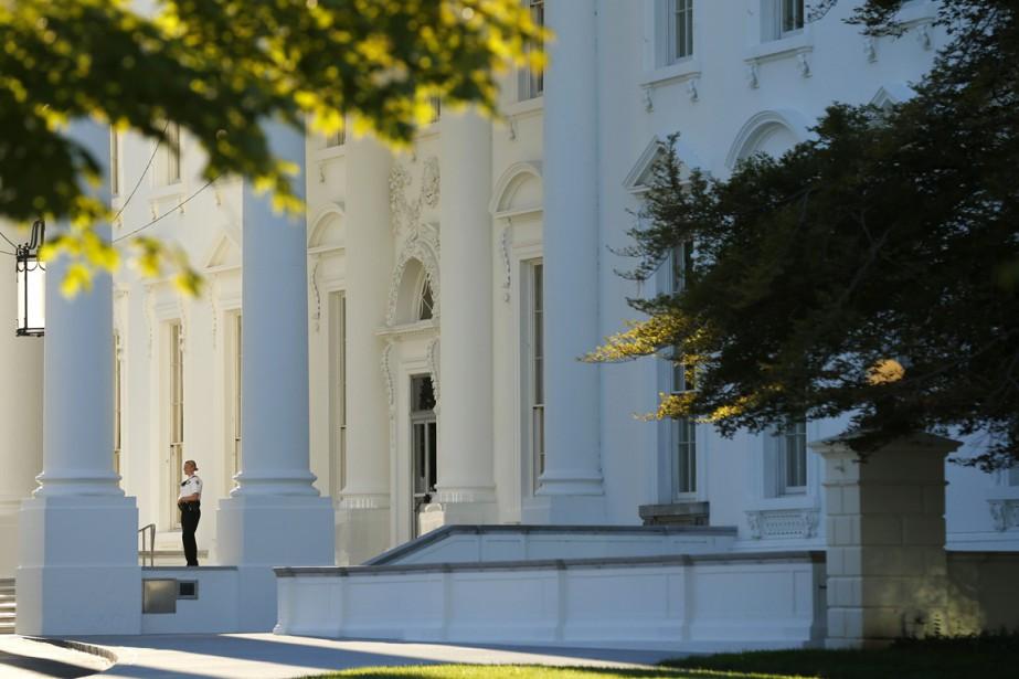 Une membre du Service Secret monte la garde... (PHOTO KEVIN LAMARQUE, archives REUTERS)