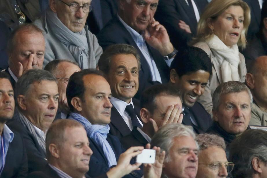 Nicolas Sarkozy (sourire, au centre) assiste au matche... (PHOTO Gonzalo Fuentes, ARCHIVES REUTERS)