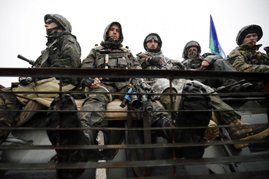 Des soldats ukrainiens sont assis sur le véhicule... (PHOTO DAVID MDZINARISHVILI, REUTERS)