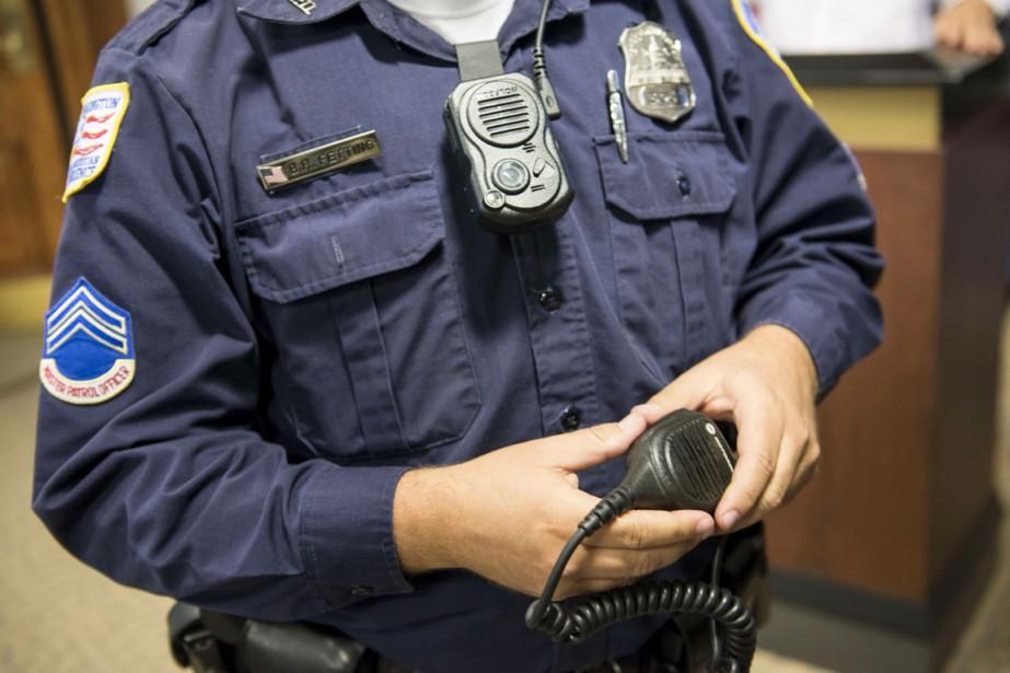 Quelque 135 policiers volontaires vont tester à partir... (PHOTO BRENDAN SMIALOWSKI, AFP)