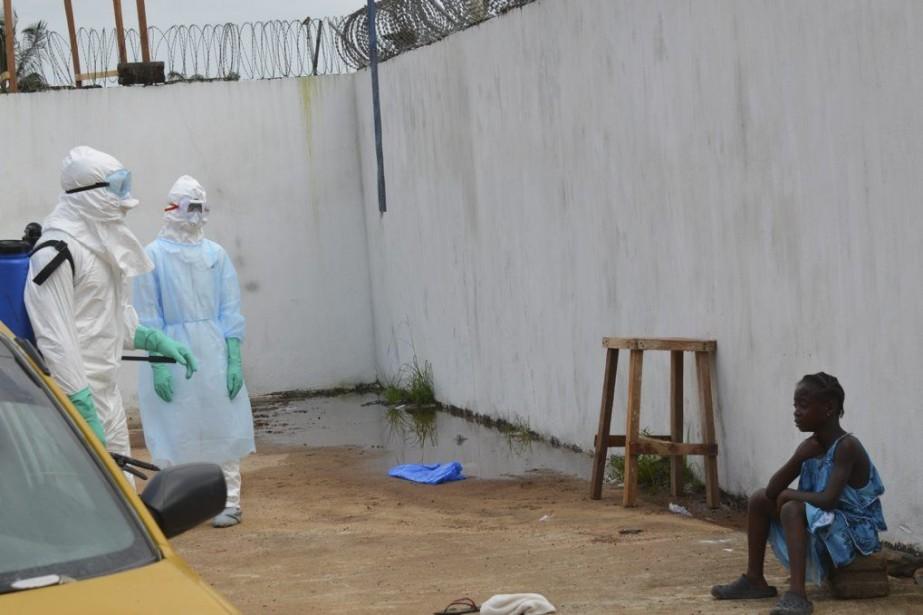 Une jeune fille pleure la mort de ses... (PHOTO ZOOM DOSSO, AGENCE FRANCE-PRESSE)
