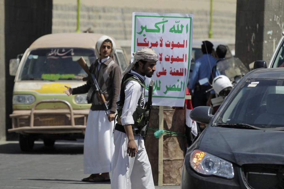 Des rebelles chiites Houtis dirigent la circulation à... (PHOTO KHALED ABDULLAH, ARCHIVES REUTERS)