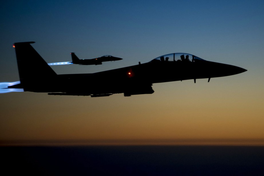 Deux F-15E américains survolent le nord de l'Irak... (PHOTO MATTHEW BRUCH, ARCHIVES AP/U.S. AIR FORCES)
