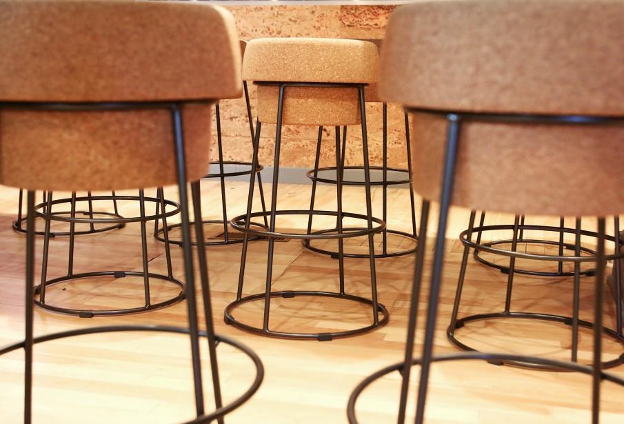Le vin est partout, jusqu'aux tabourets en forme bouchon de liège. (Patrick Woodbury, LeDroit)