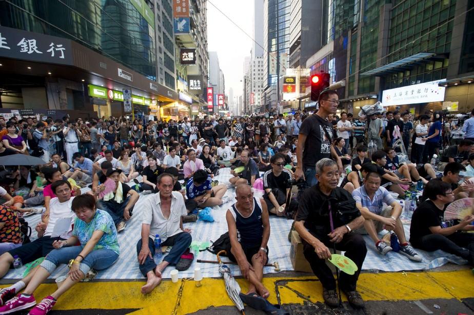 Des manifestants prodémocraties rassemblés dans le district de Mong Kok. (PHOTO: AFP)