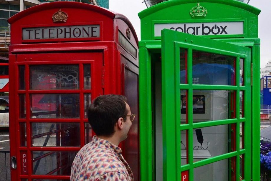 Repensée de A à Z, la cabine téléphonique... (PHOTO CARL COURT, AFP)