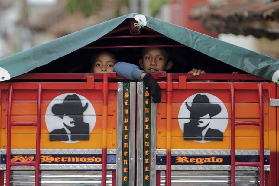 Dans une rue du quartier du Cerrillo, des enfants montent dans le camion familial. (Photo Martin Chamberland, La Presse)