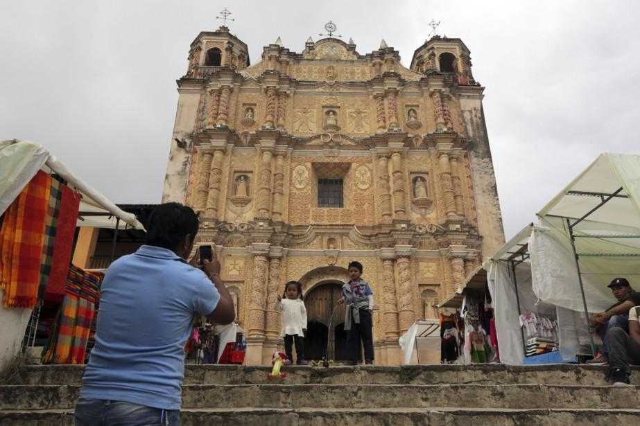 La façade en fine dentelle de pierre faite d'abode et de plâtre sculpté de l'église Santo Domingo est impressionnante. (Photo Martin Chamberland, La Presse)