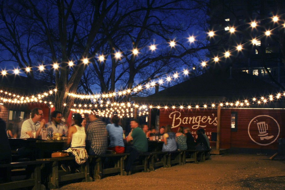 LeBanger's Sausage House and Beer Garden organise des méchouis, des BBQ et des spectacles de musique dans sa cour arrière. (Photo fournie par Banger's Sausage House and Beer Garden)