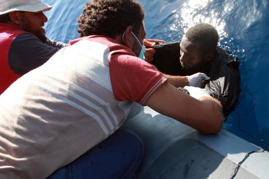 La marine libyenne a secouru jeudi entre 80... (PHOTO MAHMUD TURKIA, AFP)