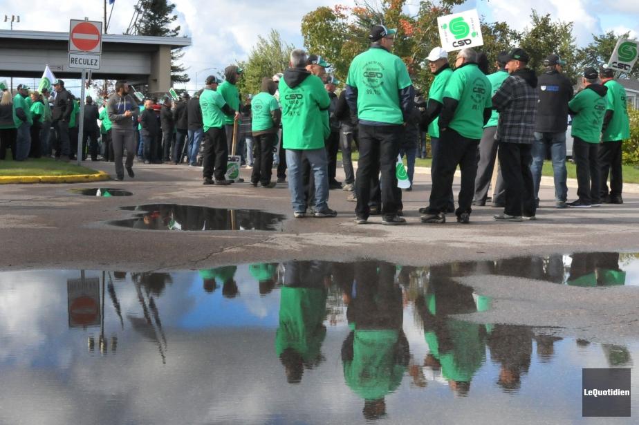 Des membres de la Centrale des syndicats démocratiques.... (PHOTO MICHEL TREMBLAY, ARCHIVES LE QUOTIDIEN)