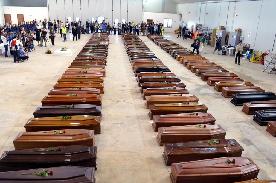 Les cercueils de plusieurs des 360 migrants tués... (PHOTO ALBERTO PIZZOLI, ARCHIVES AFP)