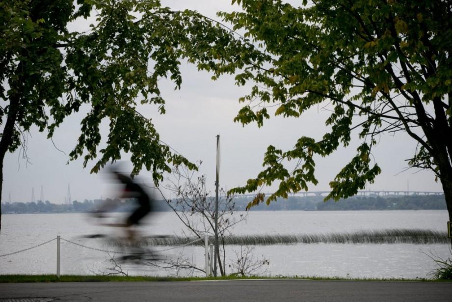 Un cycliste roule sur le boulevard Perrot, à Notre-Dame-de-l'Île-Perrot. (PHOTO DAVID BOILY, LA PRESSE)