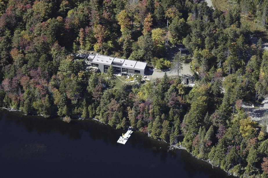 Une végétation variée, dense et abondante couvre ce vaste terrain faisant partie d'un ensemble immobilier à forte teneur écologique. Le lac n'accueille que les embarcations à moteur électrique ou à propulsion humaine. (PHOTO FOURNIE PAR SOTHEBYS REALTY INTERNATIONAL QUÉBEC)